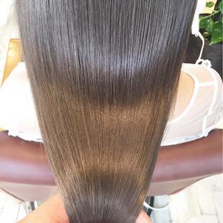 アッシュグレージュ ロング サラサラ ストリート ヘアスタイルや髪型の写真・画像