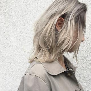 レイヤーカット ナチュラル 外国人風 グレージュ ヘアスタイルや髪型の写真・画像