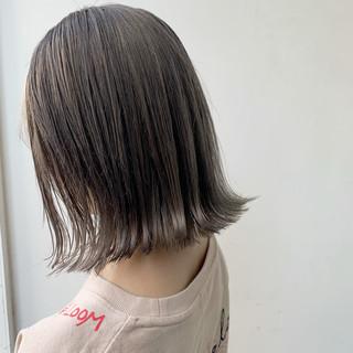 ハイトーンカラー グレージュ ミルクティーベージュ 切りっぱなしボブ ヘアスタイルや髪型の写真・画像