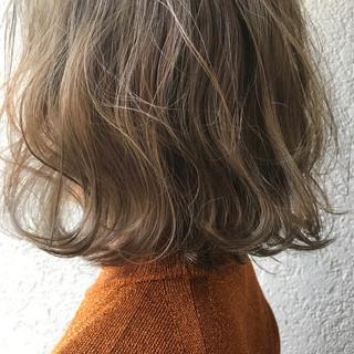 外国人風 グレー ミルクティーベージュ ナチュラル ヘアスタイルや髪型の写真・画像