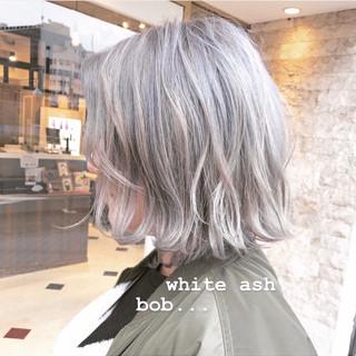 シルバー 外ハネボブ ストリート シルバーアッシュ ヘアスタイルや髪型の写真・画像
