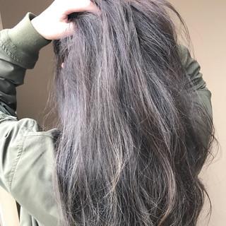グレー ニュアンス ロング パーマ ヘアスタイルや髪型の写真・画像