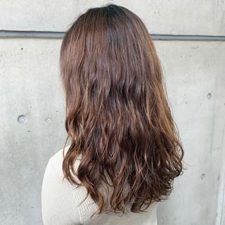 大人かわいい ゆるふわパーマ ロング 波ウェーブ ヘアスタイルや髪型の写真・画像