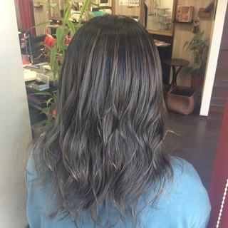 ミディアム ブルーアッシュ ヘアカラー グレーアッシュ ヘアスタイルや髪型の写真・画像