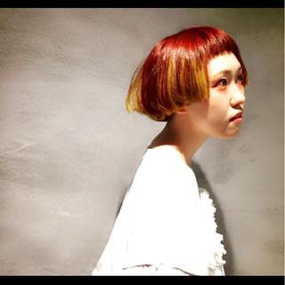 個性的 イエロー レッド ボブ ヘアスタイルや髪型の写真・画像