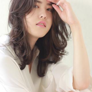 チークライン ウェットヘア 暗髪 ミディアム ヘアスタイルや髪型の写真・画像