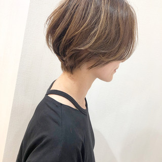 マッシュショート ベージュ ショート ミルクティーベージュ ヘアスタイルや髪型の写真・画像