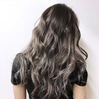 ロング グレージュ コントラストハイライト ハイトーン ヘアスタイルや髪型の写真・画像