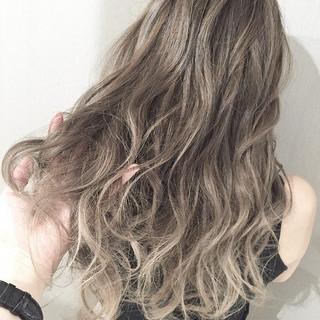 ハイライト 透明感 ロング ミルクティーベージュ ヘアスタイルや髪型の写真・画像