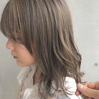 ナチュラル ミルクティーベージュ ミディアム ラベンダーグレージュ ヘアスタイルや髪型の写真・画像