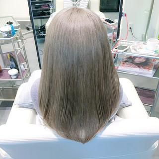 ミディアム グレージュ アッシュ ミルクティー ヘアスタイルや髪型の写真・画像