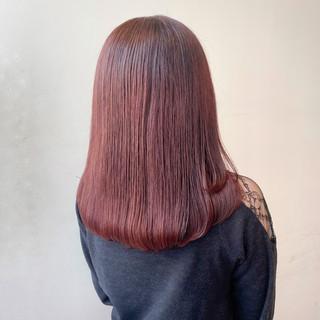 ピンクベージュ 透明感カラー フェミニン セミロング ヘアスタイルや髪型の写真・画像