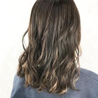 セミロング ダブルカラー 波ウェーブ 愛され ヘアスタイルや髪型の写真・画像