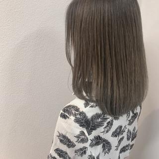 ミディアム グレージュ バレイヤージュ ミルクティー ヘアスタイルや髪型の写真・画像
