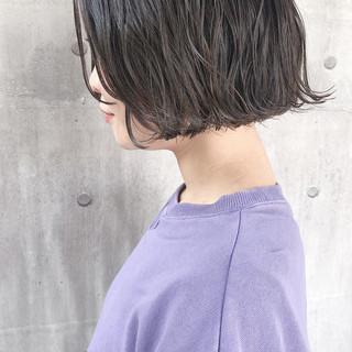 アッシュベージュ 切りっぱなしボブ アンニュイほつれヘア 大人かわいい ヘアスタイルや髪型の写真・画像