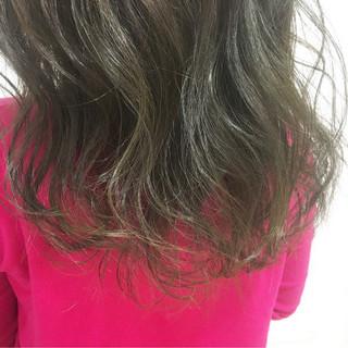 ストリート セミロング 外国人風カラー アッシュグレージュ ヘアスタイルや髪型の写真・画像