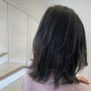 グレージュ イルミナカラー 派手髪 セミロング ヘアスタイルや髪型の写真・画像