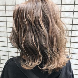 ブラウンベージュ ハイライト コンサバ アッシュグレージュ ヘアスタイルや髪型の写真・画像