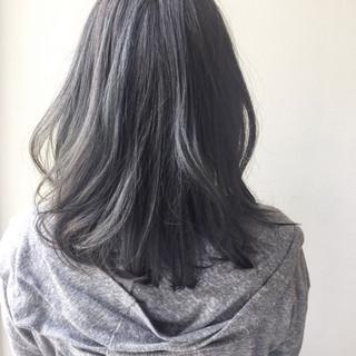 ミディアム グレージュ アッシュグレージュ ストリート ヘアスタイルや髪型の写真・画像