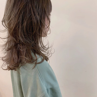 セミロング デート マッシュウルフ ナチュラル ヘアスタイルや髪型の写真・画像