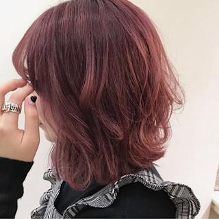 ウルフカット ベリーピンク ガーリー 切りっぱなしボブ ヘアスタイルや髪型の写真・画像