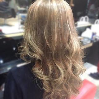 アッシュ ベージュ セミロング 透明感 ヘアスタイルや髪型の写真・画像