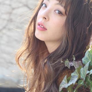 外国人風カラー フリンジバング フェミニン ミルクティー ヘアスタイルや髪型の写真・画像
