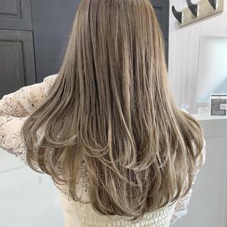 ミルクティーグレージュ グレージュ アッシュグレージュ セミロング ヘアスタイルや髪型の写真・画像