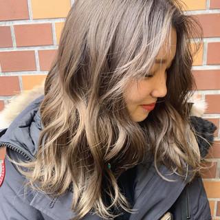 ミルクティーベージュ ダブルカラー ハイトーンカラー ハイトーン ヘアスタイルや髪型の写真・画像