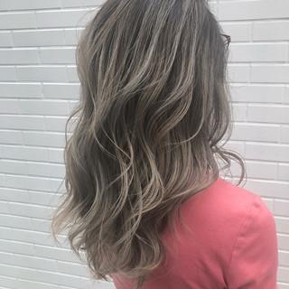 バレイヤージュ ホワイトブリーチ セミロング ホワイト ヘアスタイルや髪型の写真・画像