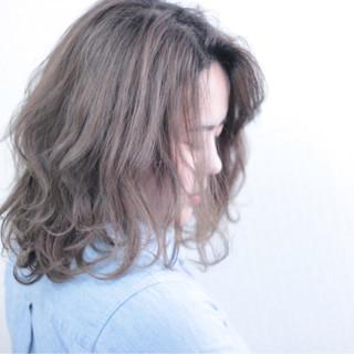 フリンジバング ミルクティー ミディアム アッシュ ヘアスタイルや髪型の写真・画像