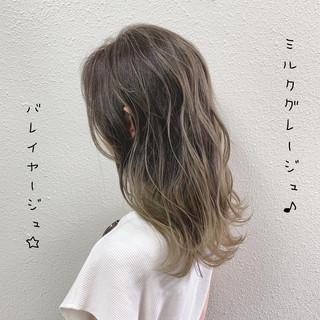 ハイライト ミルクティーベージュ バレイヤージュ ロング ヘアスタイルや髪型の写真・画像
