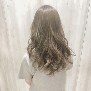 インナーカラー アッシュベージュ ベージュ ブリーチ ヘアスタイルや髪型の写真・画像
