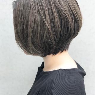 前下がりボブ エレガント アッシュグレー ショートボブ ヘアスタイルや髪型の写真・画像