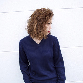 パーマ アッシュ かき上げ前髪 ツイスト ヘアスタイルや髪型の写真・画像