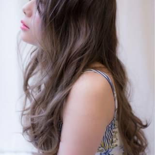 コンサバ 愛され グレーアッシュ センターパート ヘアスタイルや髪型の写真・画像