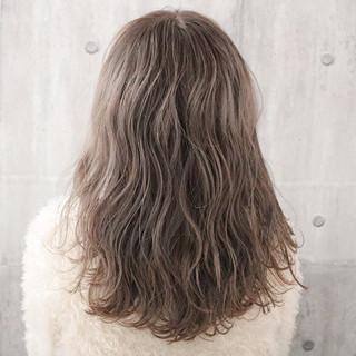 アンニュイほつれヘア ロング ミルクティーグレージュ ナチュラル ヘアスタイルや髪型の写真・画像