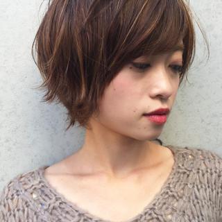 ショート アンニュイほつれヘア オフィス ナチュラル ヘアスタイルや髪型の写真・画像