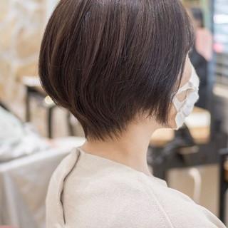 マッシュショート ミニボブ フェミニン アッシュベージュ ヘアスタイルや髪型の写真・画像