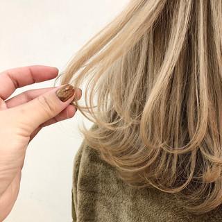 フェミニン ハイトーン ウルフ女子 ミディアム ヘアスタイルや髪型の写真・画像
