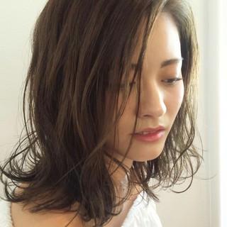 ウェーブ ナチュラル ウェットヘア ルーズ ヘアスタイルや髪型の写真・画像