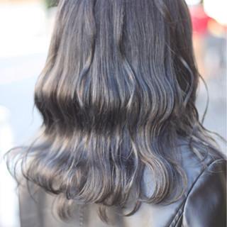 グレージュ アッシュ グレー ハイライト ヘアスタイルや髪型の写真・画像