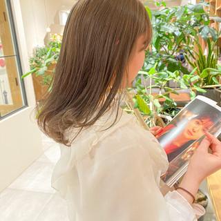 ミルクティーグレージュ セミロング ブリーチなし グレージュ ヘアスタイルや髪型の写真・画像
