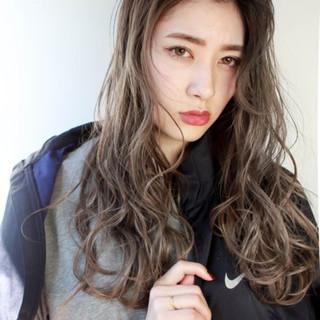 アッシュグレージュ ロング ハイライト 外国人風 ヘアスタイルや髪型の写真・画像