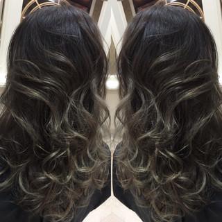 セミロング ハイライト グラデーションカラー アッシュ ヘアスタイルや髪型の写真・画像