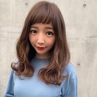 巻き髪 アッシュベージュ ヌーディベージュ フェミニン ヘアスタイルや髪型の写真・画像