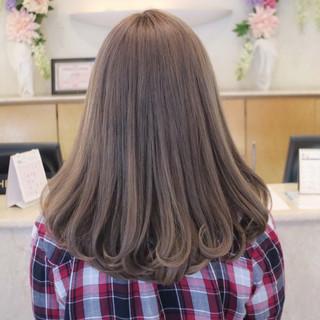 前髪あり ミルクティーベージュ デート セミロング ヘアスタイルや髪型の写真・画像