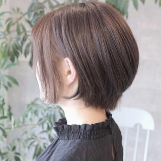 フェミニン グレージュ ボブ 耳かけ ヘアスタイルや髪型の写真・画像