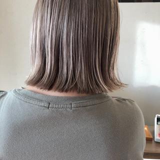切りっぱなしボブ ハイトーン ミルクティーベージュ 大人かわいい ヘアスタイルや髪型の写真・画像