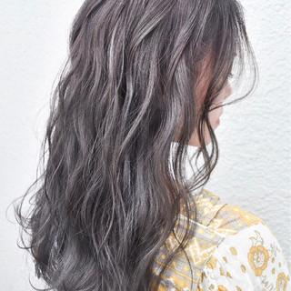 グレージュ 外国人風カラー ハイライト アッシュ ヘアスタイルや髪型の写真・画像